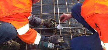Elektroniker in Ausbildung installieren Erdungsanlage